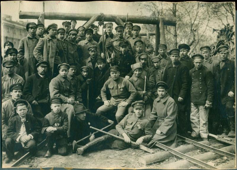 1920. Субботник в Петрограде. Слом ограды Зимнего дворца