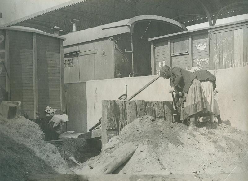 1920. Очистка пути на Александровском вокзале в порядке коммунистического субботника. Москва. 1 мая
