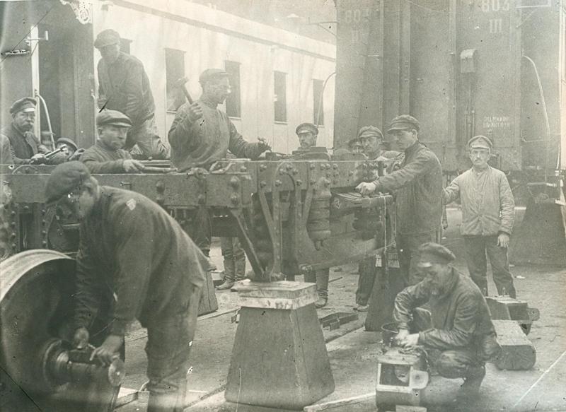 1920. Рабочие в железнодорожных мастерских станции «Подмосковная» на субботнике