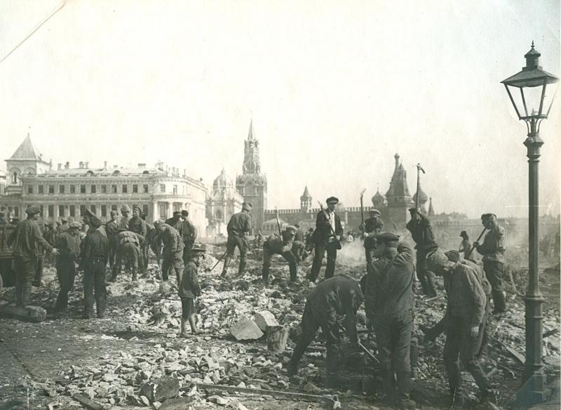 1920. Первомайский субботник. Уборка площади в Кремле