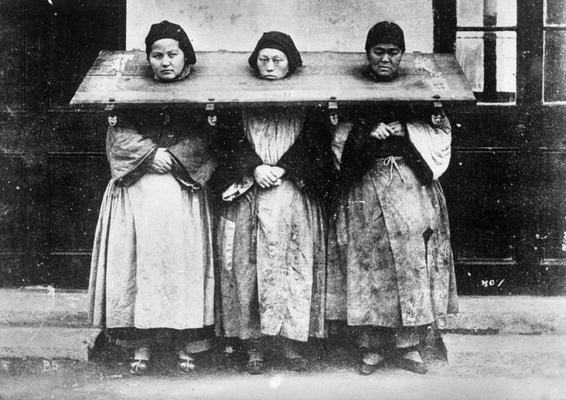 Три женщины, обвиненные в колдовстве. Китай, 1922 год.