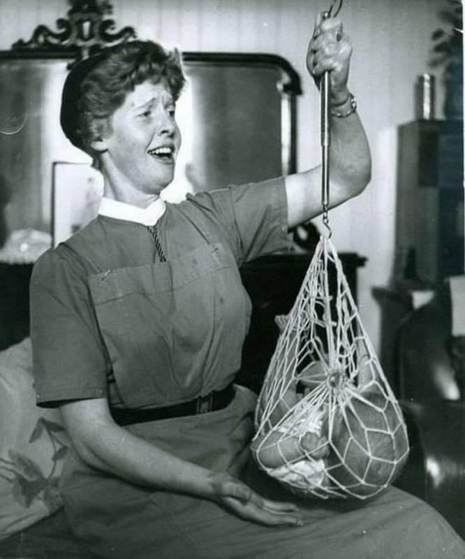 Медсестра взвешивает младенца, Шотландия, 1959 год