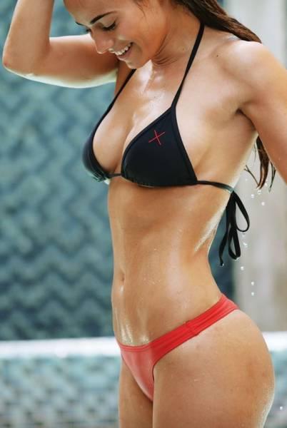 Спортивные девушки в бикини
