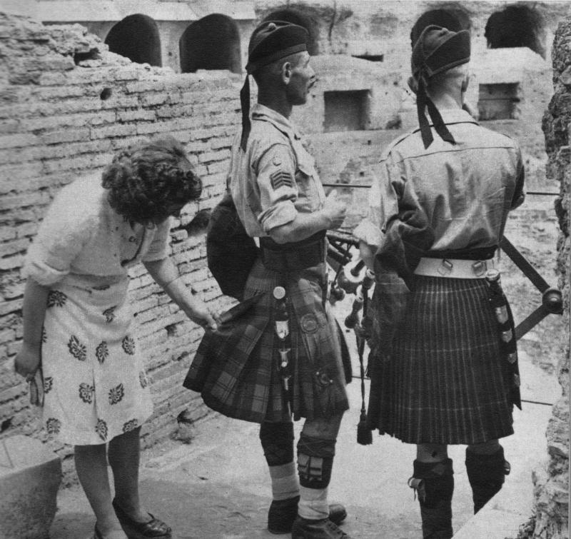 Итальянка и шотландские солдаты у Колизея, 1944 год