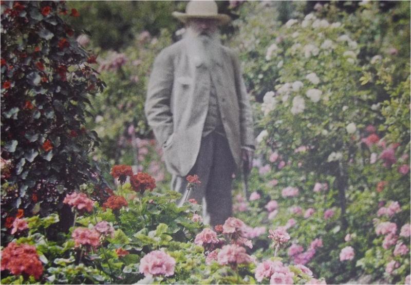 Клод Моне в своем саду, 1921 год.