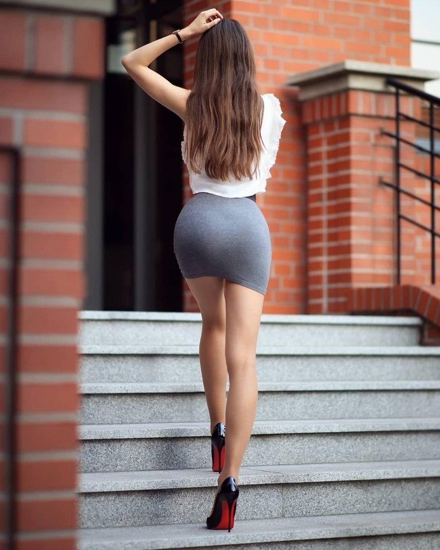 Попки в мини-платьях фото