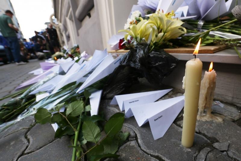 В годовщину катастрофы «Боинга» над Донбассом люди несут цветы и самолетики к посольству Нидерландов в Москве