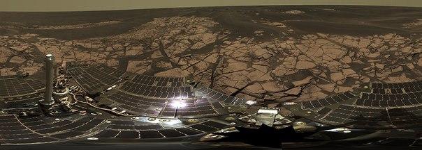 Фото следов от марсохода, сделанных на 2235-й марсианский день миссии (8 мая 2010 года по земному времени)