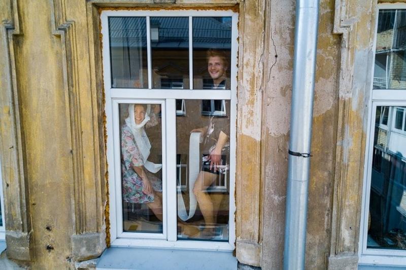 «Портреты карантина»: фотограф из Литвы с помощью дрона фотографирует, чем занимаются люди в изоляции