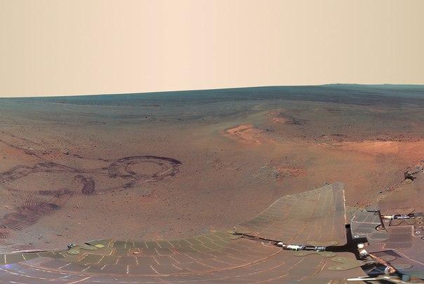Марсианская дорога. Фото следов от марсохода, сделанных на 2235-й марсианский день миссии (8 мая 2010 года по земному времени)